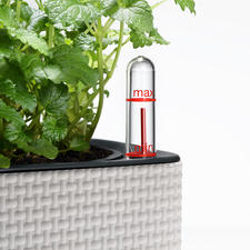 The herb pot is equipped with an integrated water level indicator.