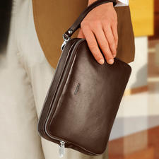 With the leather wrist strap you can comfortably carry the bag around your wrist.