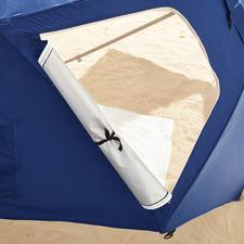 Twee raampjes in de achterwand zorgen ervoor dat het onder de Beach-Brella niet te warm wordt – deze zijn gemakkelijk met een rits te openen.