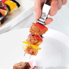 Simply push the sliding scraper forward and your food will glide safely onto the plate.