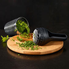 Integrated chopping knife for optimal herb chopping.