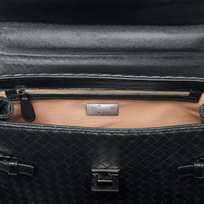 Mobile phone, papers, keys,... neatly stowed away in the inside zip pocket and two slash pockets.