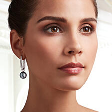With the sophisticated hanging pearls the creole earrings become elegant eye-catchers for the evening.
