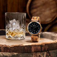 Men's Watch Made From Whisky Barrels - The oak from old whisky barrels: Magnificent barrique for an exceptional men's watch.