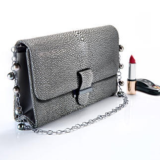 Stingray 2-in-1 Necklace/Evening Bag Today an evening bag with chain strap – tomorrow a clutch and a necklace.