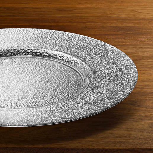 Each plate is handmade and thus has a unique texture and metallic effect.