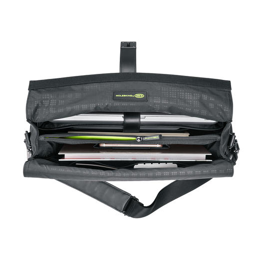The cleverly organised interior provides space for your laptop, tablet PC, smartphone, documents, pens etc.