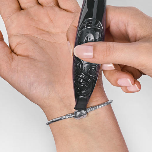 Whether you're right or left-handed, fastening a bracelet is no longer a problem.