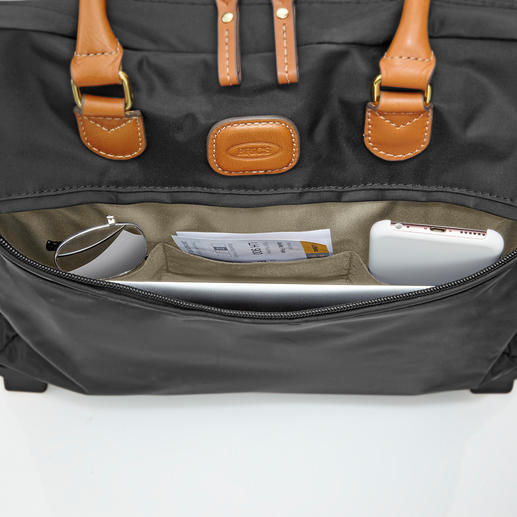 Zipped outer pocket for quick access to travel information, smartphone, tickets, ...