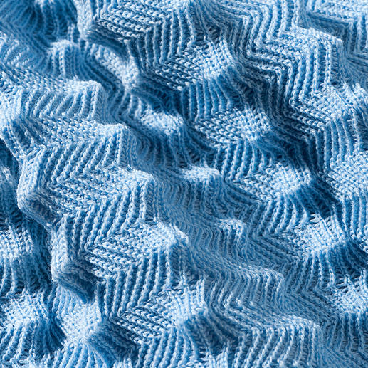 Especially extraordinary: Bobbles of up to 13mm are elaborately knitted into the blanket.