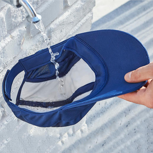 Simply soak the fleece in water– evaporation ensures the cooling effect.