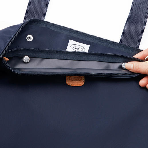 The inner bag can be easily attached to the main compartment by 2 press studs.