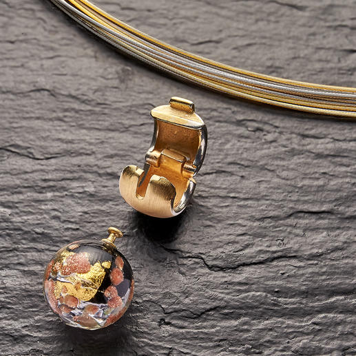 The clip closure allows you to change the Murano glass bead quickly and easily.