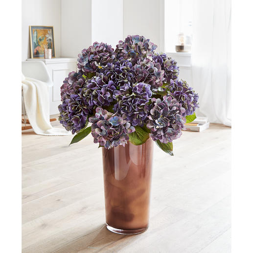 An enchanting arrangement that harmonises with any light or dark coloured living rooms.
