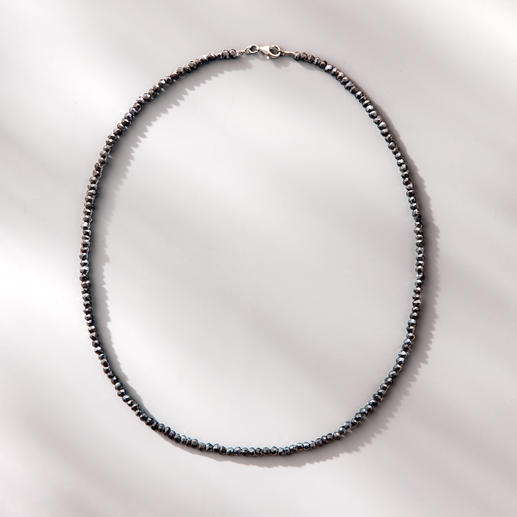 Spinel Necklace Black & Black With the sparkle of uncut black diamonds: The delicate necklace made of rare black spinel.