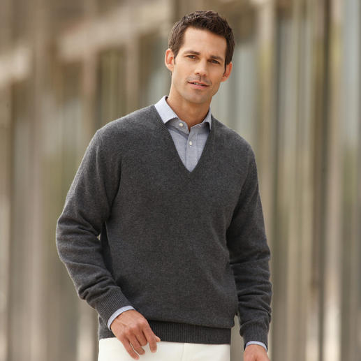 3-Ply-Cashmere V-Neck or Polo Neck Pullover First-rate and rare: 3-ply cashmere from Inner Mongolia.