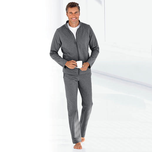 Loungewear Suit Fit for training. Classy for the spontaneous visit. Comfy on the couch. One suit.