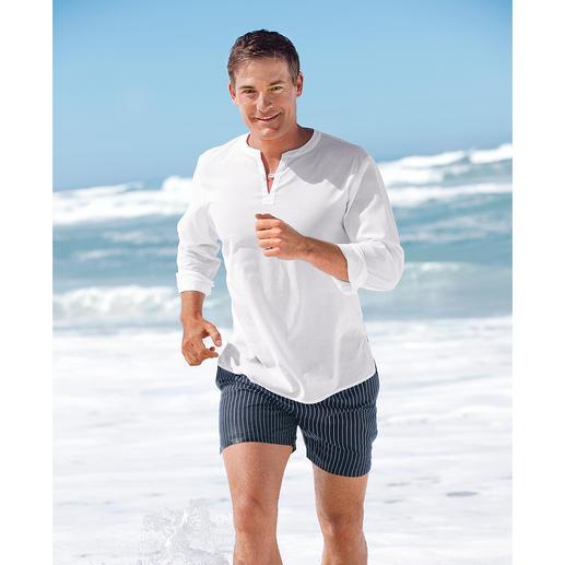 Beach Shirt A quick cover-up. Beach shirt in light cotton batiste. Utter simplicity for that perfect look.