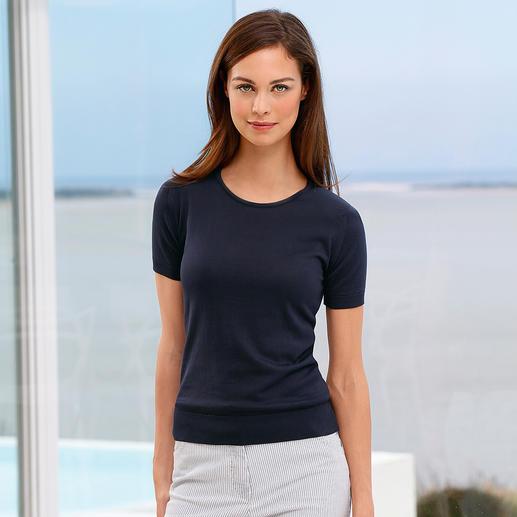 John Smedley 30 gauge T-shirt, women A knitted version of the classic, basic top – simple to combine, yet difficult to find.