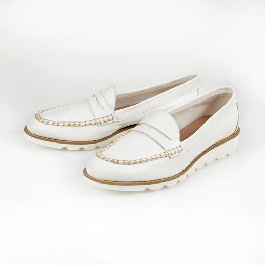 Penny loafers with a soft foam sole: Traditional appearance. Unaccustomed comfort. A light 166g (5.9 oz). Extremely flexible. Shock-absorbent. Great for long distances.