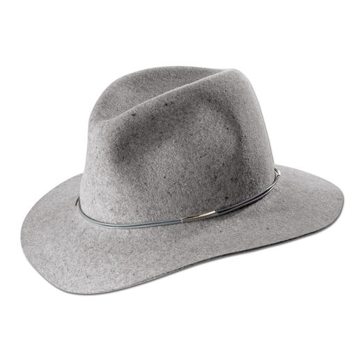 Fashionable upgrade for many looks: The felt fedora by cult label Hat Attack, New York. Flexible, hardwearing and naturally water-repellent.