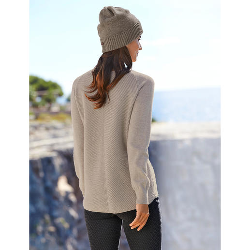It's hard to find such a refined cashmere pullover. Longer back with diagonal ribbed knit. Raglan sleeves. Rounded hem.