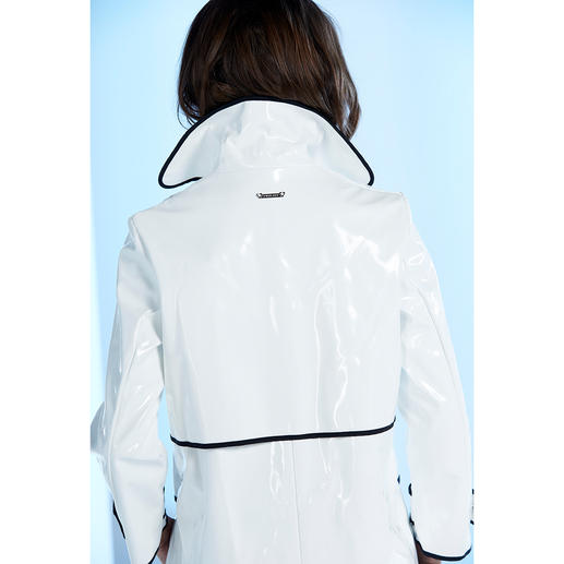 Twin-Set Raincoat Back in fashion: The patent leather look coat from the 60s is today's stylish rain protection.