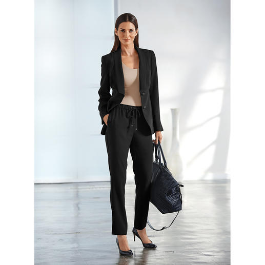 Easywear Blazer, Skirt or Trousers A practical suit amongst classic business suits. Easy to mix and match.