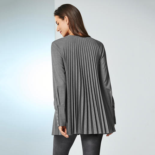 Pleated Virgin Wool Blouse Crease-resistant virgin wool fabric. Sophisticated pleats. A unique garment amongst business blouses.