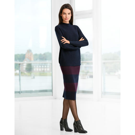 Oversized Pullover or Knitted Pencil Skirt A look inspired by the catwalk trends: A completely knitted outfit. Stripes. Navy/red.