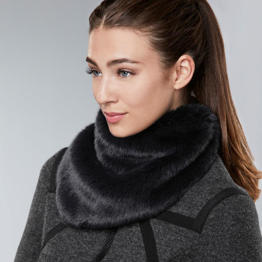 UNECHTA Faux Fur Triangular Scarf As small as a velour scarf. As fluffy as a fur scarf. This triangular scarf made of luxurious faux fur.