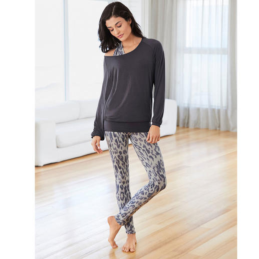 Curare Yoga Shirt, Top Leoprint or Leggings Leoprint Probably the most comfortable leisure suit you will ever own. By Curare Yogawear.