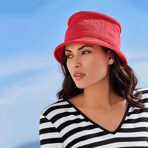 Céline Robert 3 Seconds Foldable Hat Folded flat in 3 seconds: The elegant, finely knitted travel hat. French elegance by Céline Robert.