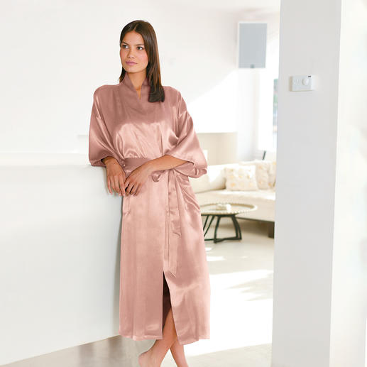 Silk Travel Dressing Gown, Rosé This silk dressing gown will fit in any hand luggage. Packed in a space-saving silk bag. Ideal for travelling.