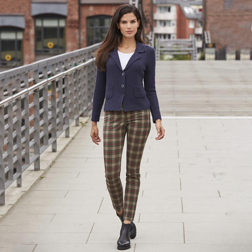 Not punk-rock, despite the skinny cut and tartan pattern: The tartan jeans from Recover. Muted colours. Classic design. Adult cut with raised waist at the back. The tartan jeans from Recover.
