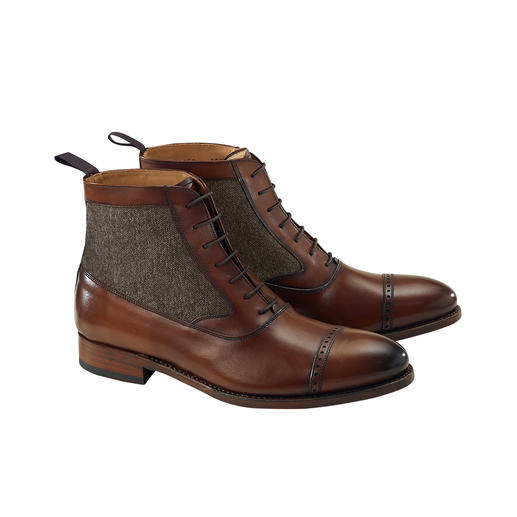 Traditionally welted. Yet with bang on-trend tweed insert. Exclusive business appropriate leather boots. From Cordwainer/Spain.