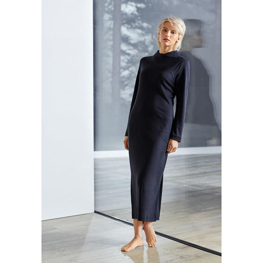 Hanro Loungewear Luana Dress Clean-chic. Figure-hugging. Maxi length. The most fashionable interpretation of the cosy lounge dress.
