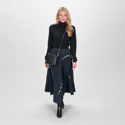 Fashion star, perennial favourite and mix and match essential: The pleated skirt by Smarteez. Fashionable midi length. Chic suit cloth. Subtle iridescent effect. Casual silver accents.