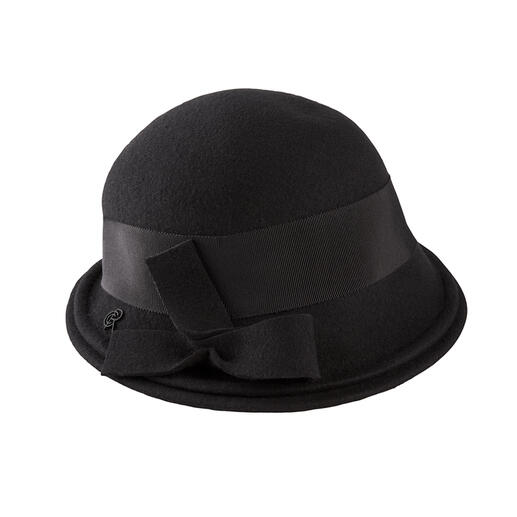 This is how elegant a weatherproof hat can be. Feminine cloche shape. Soft merino wool felt. Stylish black. Made in France, by Céline Robert.