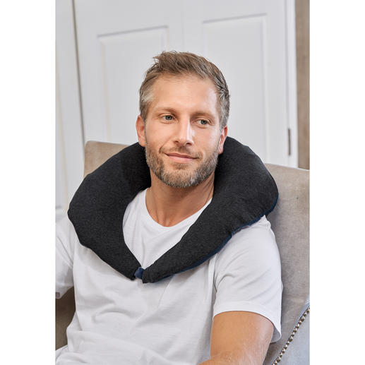 Put your jacket into the storage bag, which is firmly integrated into the stand-up collar, to create a practical neck pillow for travelling.
