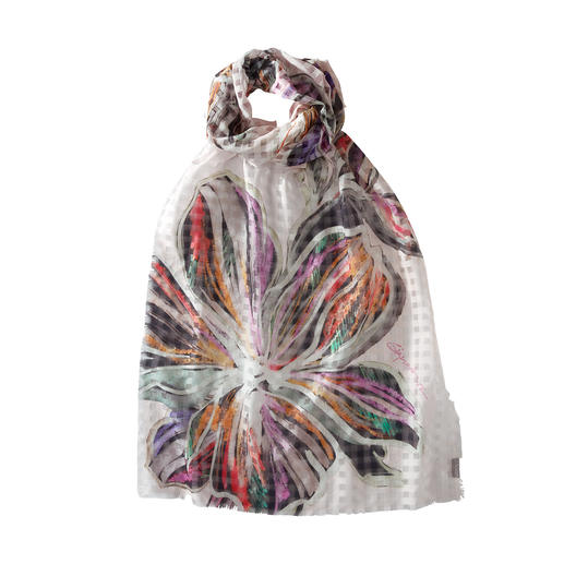 Checked Floral Scarf Cleverly combined: Woven check with floral print. Lightweight summer scarf made of cotton and silk.