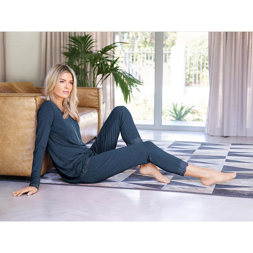 Bamboo Viscose Two-piece Set - Loungewear made of softly flowing bamboo viscose. Feminine two-piece home wear and cosy pyjamas in one.
