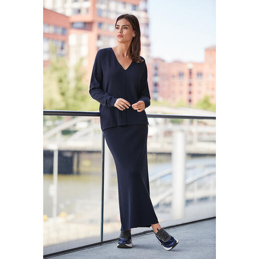 Finished with cashmere and silk. Stylish cut. And much more feminine than normal. Finished with cashmere and silk. Stylish cut. And much more feminine than normal.