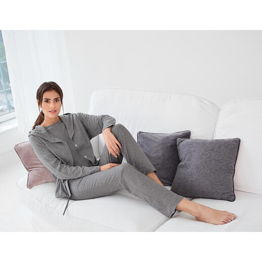 Cornelie Weiss Hoody, Top with 3/4-length Sleeves or Jogging Trousers Hoody, top with 3/4-length sleeves and jogging trousers in casual clean chic. By Cornelie Weiss, Düsseldorf.
