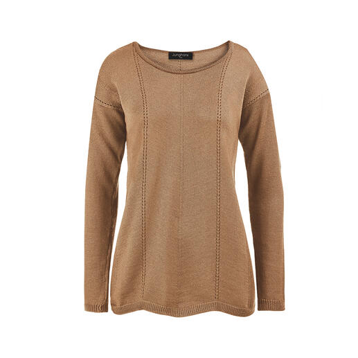 Much more interesting and much more feminine than conventional basic pullovers. And yet just as easy to combine. Knitted from merino wool into a subtly tailored style. With scalloped hem and vertical seams.