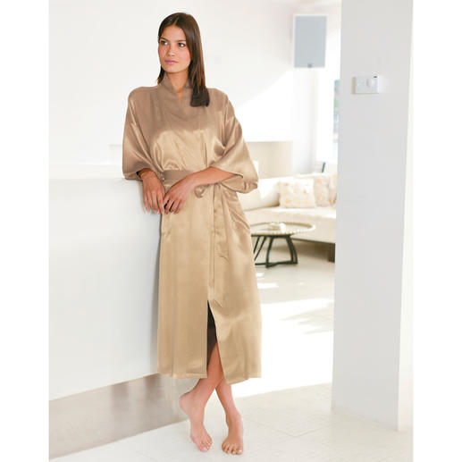 Silk Travel Dressing Gown Packed in a space-saving silk bag – ideal for travelling.