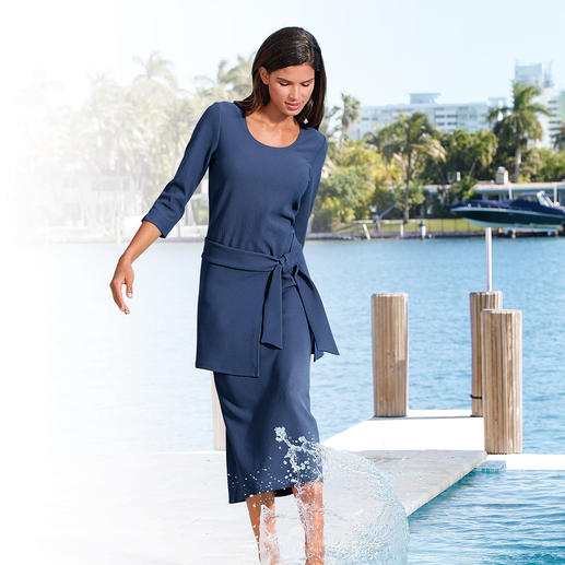 Holiday Dress, 3⁄4-sleeves The easy-care holiday dress.